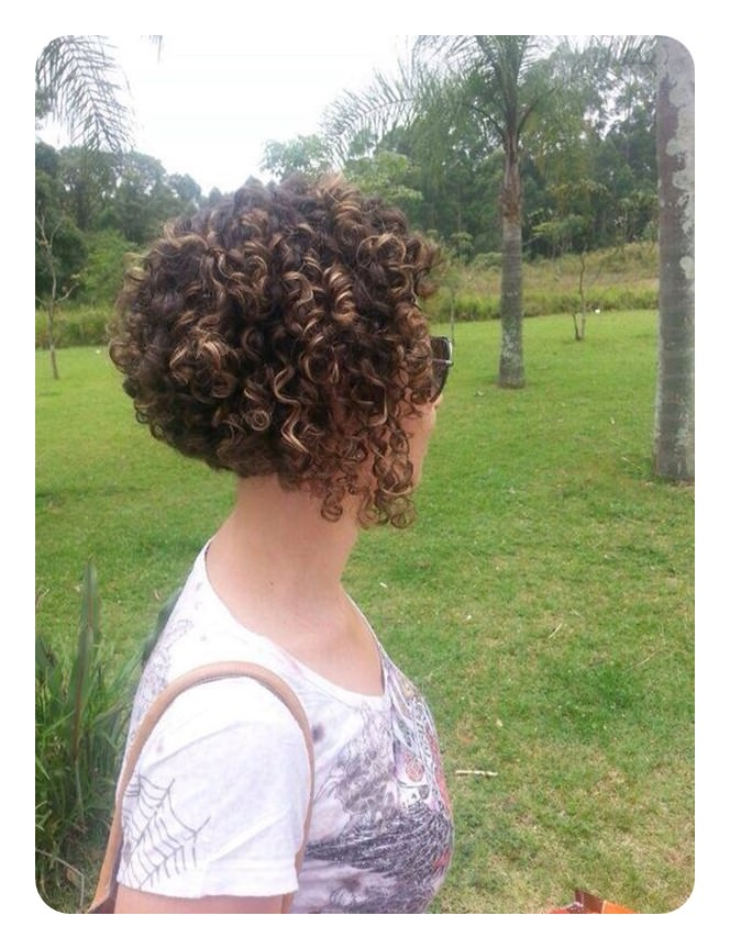 These Curls Are Great For Short Hairstyles It Ears As If She Started Off With An Angled Bob Once Curled Looks A Little Diffe But S Still